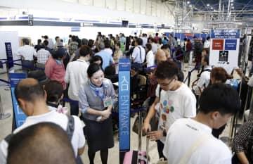 保安検査ミスで手荷物検査がやり直しとなり、混雑する大阪空港南ターミナルの出発ロビー=26日午後0時12分