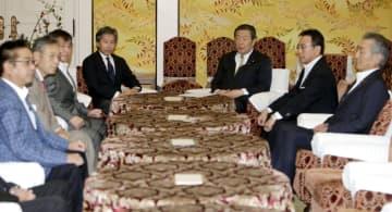 会談に臨む与野党国対委員長ら=26日午後、国会