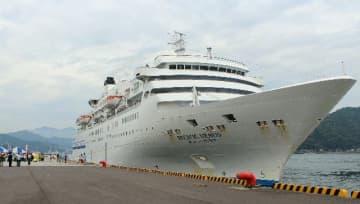 佐伯市に初めて寄港したクルーズ客船「ぱしふぃっくびいなす」=26日、佐伯市の佐伯港
