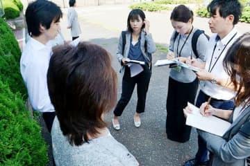 裁判の和解について説明する元少年側の荒生祐樹弁護士(左)ら=26日、さいたま市浦和区