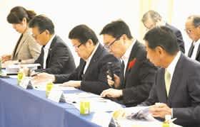 要望事項を説明する小笠原市長(前列右から2人目)ら