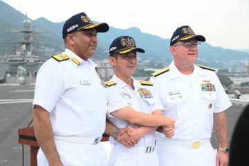 合同記者会見に臨んだ(左から)ベリー少将、西脇海将補、ピッツ少将=護衛艦「かが」の甲板