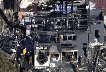 陸上自衛隊のAH64D戦闘ヘリが墜落、住宅が炎上した現場。左上は機体の後部とみられる残骸=2018年2月6日、佐賀県神埼市