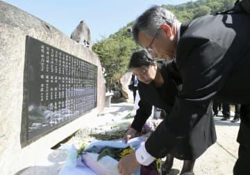 御嶽山噴火災害の犠牲者の芳名碑に花を手向ける遺族ら=27日午前、長野県王滝村