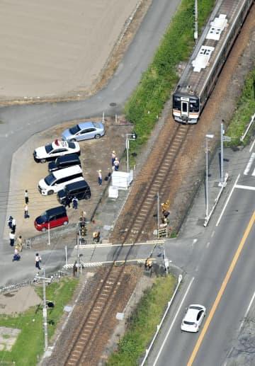 特急と軽乗用車が衝突し2人が死亡する事故があった踏切付近を走る列車=27日午後0時6分、岐阜県川辺町(共同通信社ヘリから)