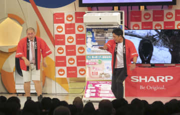 「シャープPR―1グランプリ」で優勝したお笑いコンビ「ひめころん」=27日、大阪市