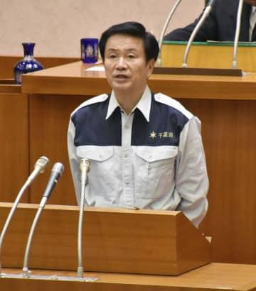 台風15号への対応を説明する千葉県の森田健作知事=27日、千葉県議会