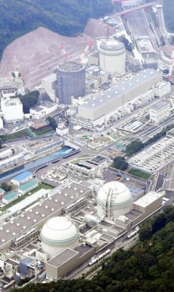 関西電力高浜原発(手前左から)4、3、2、1号機。関連工事を受注した建設会社から関電役員らに資金が提供されていた=2019年9月4日、福井県高浜町田ノ浦(本社ヘリから撮影)