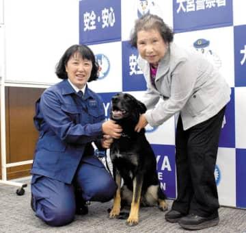 感謝状を贈られた(左から)甲斐美和子さん、警察犬アイカ、堀内寿子さん=25日午後、大宮署