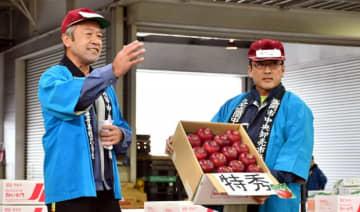 10万円の高値が付いた紅いわての初競り=盛岡市羽場・市中央卸売市場