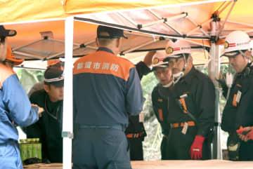自衛隊が撤収した後、不明女児の捜索範囲を協議する地元消防団員ら=28日午後、山梨県道志村