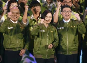 台湾与党、民主進歩党の党大会で団結を訴えシュプレヒコールを上げる蔡英文総統(前列中央)ら=28日、台北(共同)