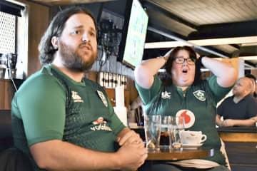 28日、アイルランドの首都ダブリンのパブでラグビーW杯の日本戦を観戦し、ピンチに険しい表情を見せる地元ファン(共同)
