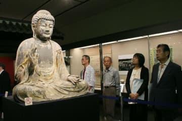 長興寺の本尊「木造釈迦如来坐像」を鑑賞する来場者=大分市の市歴史資料館