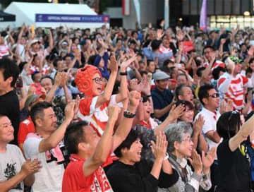 勝利を目前に控え、日本代表の好プレーに沸くファンら=28日夕、熊本市中央区の花畑広場(上杉勇太)