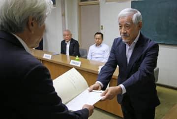 答申書を提出する野口会長(右)=五島市役所