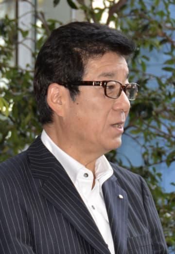 記者団の取材に応じる大阪市の松井一郎市長=29日、関西空港