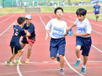 フルマラソン完走を目指し、たすきをつなぐ参加者=村山市・楯岡中