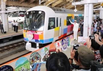 定期運行を終了する「きらきらうえつ」。大勢のファンに見送られて出発した=29日、新潟市中央区のJR新潟駅