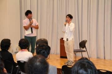 漫画家デビューのきっかけなどについて話す矢部さん(右)