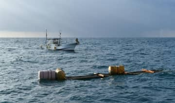 【浮漁礁に寄ってくる回遊魚を狙う漁師=紀北町の長島港の沖合で】