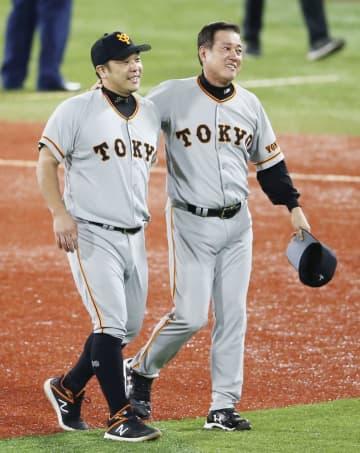 巨人が5年ぶりのリーグ優勝を決め、原監督(右)とファンへのあいさつに向かう阿部慎之助選手=9月21日、横浜