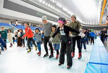 屋内スケート場の滑り初めを楽しむ家族連れ=29日午後