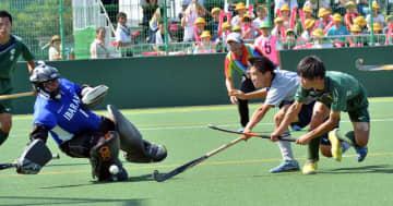 少年男子準々決勝 岩手-茨城 第2クオーター14分、岩手の今松優(右、沼宮内高)がリバースシュートを決めて2-0とリードを広げる=東海高多目的グラウンド