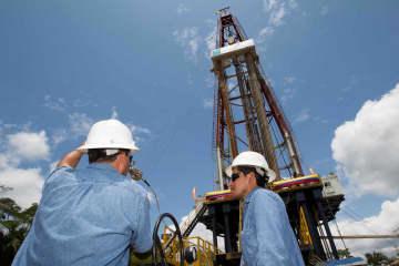 エクアドル国内の石油掘削設備=2016年9月(ロイター=共同)