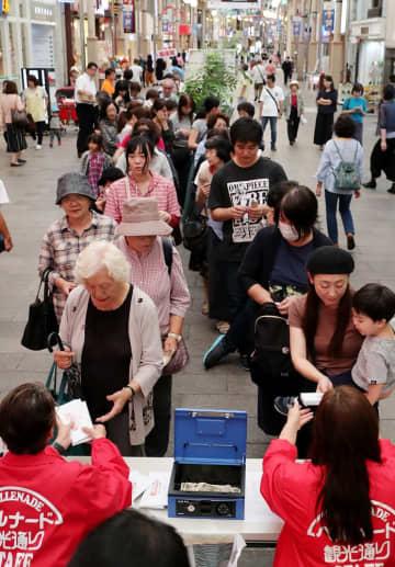 「まる得商品券」の購入を求めて列をつくる市民ら=長崎市、ベルナード観光通り