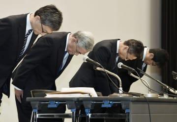 記者会見の冒頭で謝罪する関西電力の八木誠会長(左から2人目)と岩根茂樹社長(同3人目)ら=2日午後、大阪市