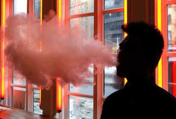 米ニューヨークで電子たばこを使用する人=2014年2月(AP=共同)