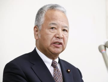 インタビューに答える自民党の甘利明税調会長
