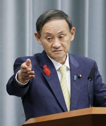 記者会見する菅官房長官=2日午後、首相官邸