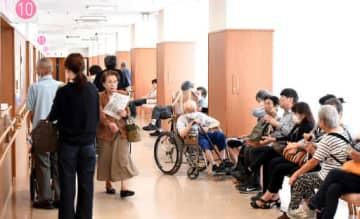 広島西医療センターの待合室。平日午前は患者で混み合う=1日、大竹市(撮影・田中慎二)
