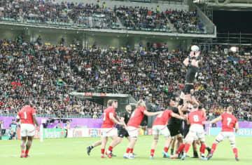 大分での初戦を迎え、多くの観客が世界のトッププレーを堪能した=2日午後7時25分、大分市の昭和電工ドーム大分