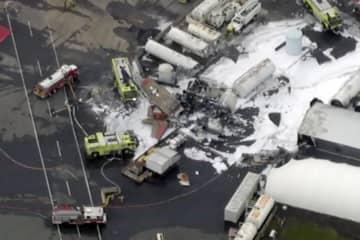 2日、米東部コネティカット州の空港で、墜落した事故機と現場に駆け付けた緊急対応要員ら(WFXT Boston 25 News提供、AP=共同)