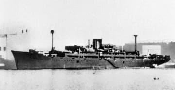 1942年、貨物船として使われていたころの浮島丸=シンガポールで横浜市の福井静夫さん撮影