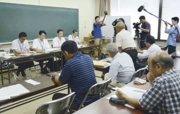 チッソが熊本県水俣市にある傘下企業の工場閉鎖を決めたことを受け、県担当者(左側)と面会する水俣病被害者・支援者連絡会のメンバー=3日午後、水俣市