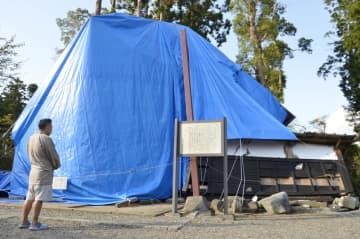 台風15号の影響で倒壊し、ブルーシートが掛けられた鹿野山神野寺の表門=9月26日、千葉県君津市