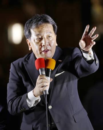 立憲民主党の結党から2年を迎え、街頭演説する枝野代表=3日夜、東京・有楽町