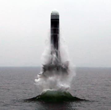 北朝鮮の国防科学院が2日に東部の元山湾で行った新型の潜水艦発射弾道ミサイル「北極星3」型の発射実験。朝鮮中央通信が報じた(朝鮮通信=共同)