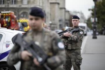 3日、パリ警視庁の襲撃後に市内で警戒する兵士ら(AP=共同)