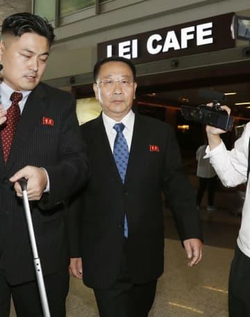 ストックホルムに向け出発する北朝鮮の金明吉巡回大使=3日、北京国際空港(共同)