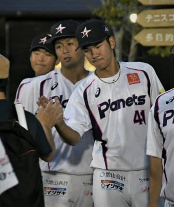 ファンを見送る茨城アストロプラネッツの小沼(右)。隣は専大松戸高出の丸茂=9月5日、茨城県美浦村
