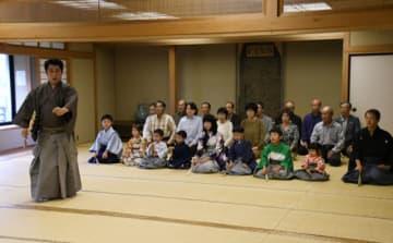 岩手芸術祭総合フェスティバルに向け練習する金野泰大さん(左)と本県の出演者