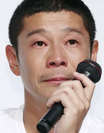 ZOZOの社長を退任した9月12日の記者会見で涙ぐむ前沢友作氏=東京都内