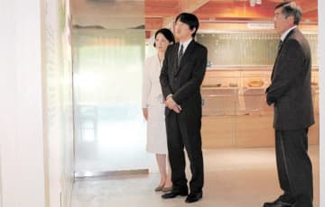 「いのちをつなぐ未来館」で展示物を見学する秋篠宮ご夫妻