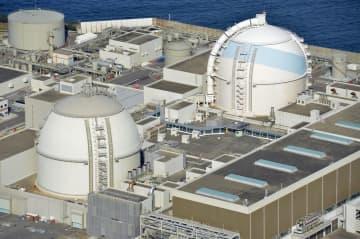 佐賀県玄海町の九州電力玄海原発3号機(右)と4号機=2016年撮影