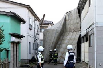 強風ではがれ飛んだアパートの屋根=4日、上越市春日山町3